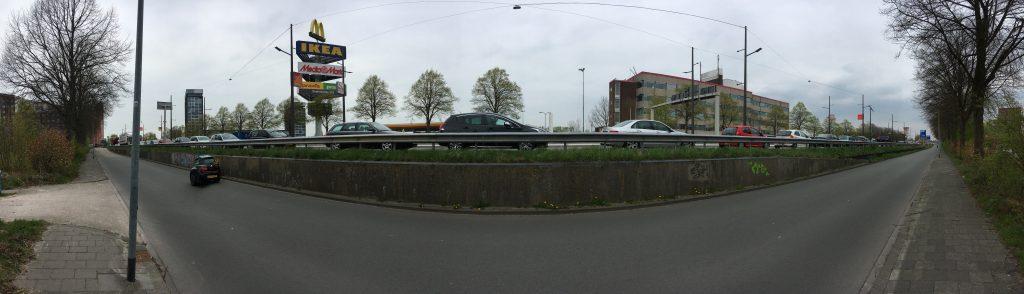Dagelijkse file voor de Barkmolenstraat op de Europaweg in de richting Assen/Drachten